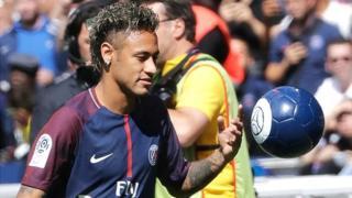 Il a déposé une requête contre son ex-club auprès de la Chambre de résolution des litiges de la Fifa, pour réclamer le paiement de primes.