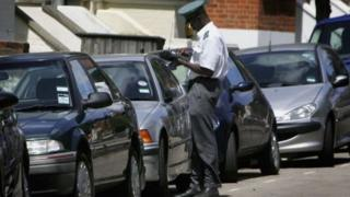 traffic warden issues parking fine