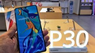 Mano que sujeta un dispositivo Huawei P30