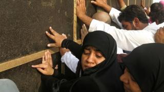 Perempuan sedang beribadah haji