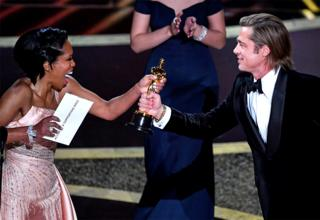 in_pictures Regina King gives Brad Pitt an Oscar