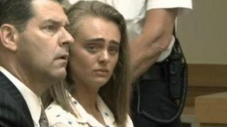 میشل کارتر (راست) که اکنون ۲۰ ساله شده به هنگام قرائت حکم گریان بود