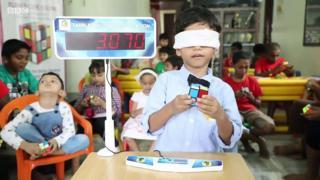 garoto resolve cubo magico de olhos fechados