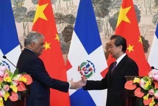 Miguel Vargas, ministro de relaciones exteriores de República Dominicana y Wang Yi, ministro de relaciones exteriores de China