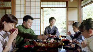 Una familia japonesa comiendo