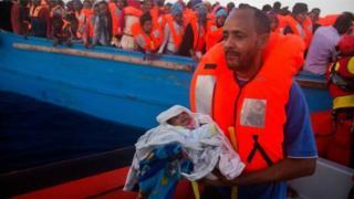 Il y avait des femmes et des enfants parmi les migrants interceptés.