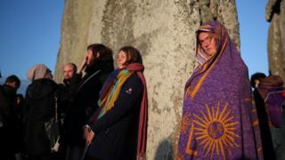 Жінка в ковдрі з сонцем
