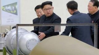 Rais wa Korea Kaskazini Kim Jong-un akikagua kiwanda cha kutengeza makombora ya Nuklia