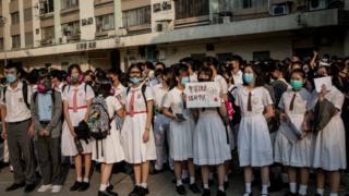 นักเรียนโรงเรียน Tsuen Wan Public Ho Chuen Yiu Memorial College ที่ ซึง จื่อ เจี้ยน เรียนอยู่ ร่วมกันประท้วงตำรวจที่ใช้กระสุนจริง