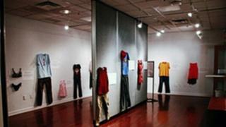exposição de roupas de vítimas de estupro na Bélgica
