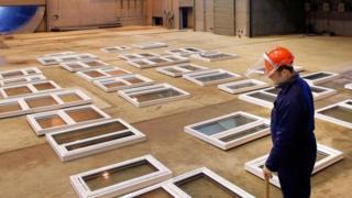Un técnico de Audio Analytic trabajando con ventanas de vidrio
