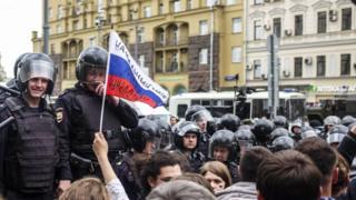 Полиция смеется над протестующими