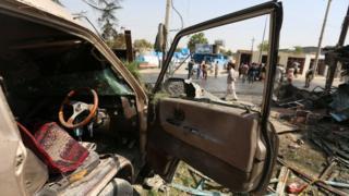 Personas inspeccionan la escena de una explosión en Kabul, Afganistán, 09 de septiembre de 2020