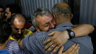 فلسطينيون يبكون ضحايا الانفجارات