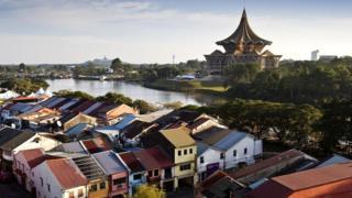 Кучинг лежит на берегах реки Саравак. Он стал домом не только для туземцев, но и для малайцев, индийцев и китайцев
