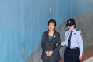 박근혜 전 대통령이 지난 2017년 10월16일 구속 연장 후 첫 공판에 출석하는 모습