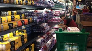 سلطات قطر تقول إن المتاجر مملوءة بالسلع رغم المقاطعة