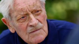 Struggle of Britain pilot Maurice Mounsdon dies frail 101 thumbnail