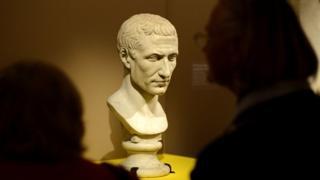 تمثال يوليوس قيصر