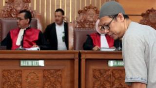Pimpinan Jamaah Ansharut Daulah, memasuki ruang sidang PN Jakarta selatan pada tanggal 31 Juli 2018.