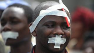 Wanahabari nchini Kenya wakifanya maandamnaao dhidi a ukandamizaji wa vyombo vya habari