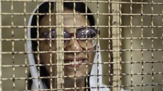 """ماهينور المصري أثناء سماع دعوى الاستئناف في الحكم الصادر بحقها بالسجن لمدة عامين بتهمة خرق """"قانون التظاهر"""""""