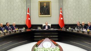 الرئيس التركي في الوسط ورئيس الوزراء في اليسار
