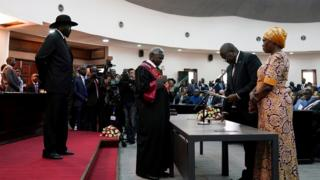 Riek Machar (r) takes the oath of office in front of President Salva Kiir and Chief Justice Chan Reech Madut, at the State House in Juba, South Sudan, February 22, 2020