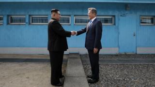 문재인 대통령은 4차 남북정상회담을 장소와 형식에 상관 없이 추진하겠다고 밝혔다