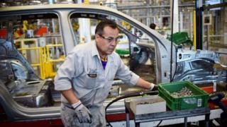 Un trabajador de la industria automotriz