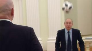 La scène s'est déroulée dans les bureaux du Kremlin mardi, à 100 jours du coup d'envoi du Mondial-2018 en Russie.