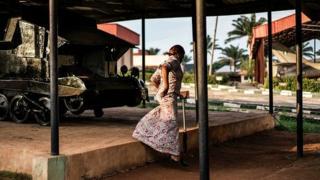 Une femme visite le site d'exposition d'engins lors du 50e anniversaire de la guerre du biafra (illustration).