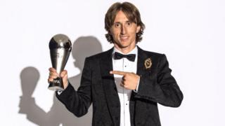 Luka Modrić, sacré meilleur joueur FIFA 2018. Le milieu de terrain Croate avait élu meilleur joueur de la dernière Ligue des Champions et a remporté la coupe du monde 2018 avec son pays.