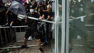 Група демонстрантів розбила двері в парламент Гонконгу