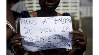 """En guise de protestation ils portaient sur eux des croix sur lesquelles on peut lire """"Kasaï"""" et """"Beni""""."""