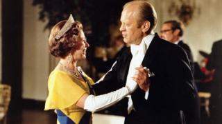 1976年美國建國200週年慶典時,美國總統傑拉爾德·福特(Gerald Ford)在白宮與女王共舞。