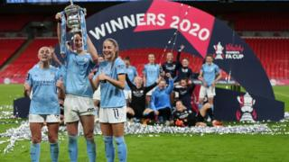 Sam Mewis (centre) celebrates winning the FA Cup with Georgia Stanway (left) and Janine Beckie (right)