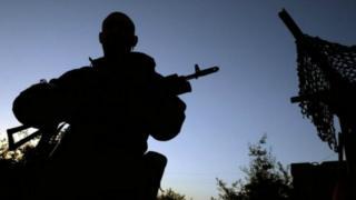Солдат зі зброєю