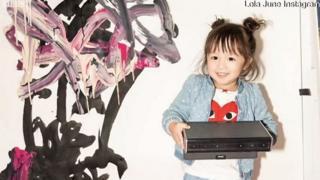 Лолі Джун усього два роки, а вона вже продає власні картини