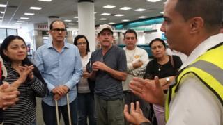 Un empleado de la aerolínea explica que habrá un vuelo para que puedan partir a Caracas