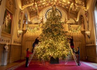 İngiltərədə Windsor qəsrində 20 metrelik Yeni il ağacı bəzənilir.