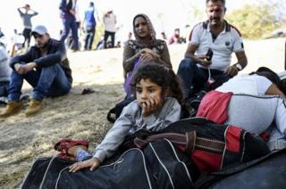 Sınırda bekleyen kız çocuğu