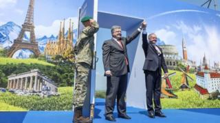 Avrupa'ya vizesiz geçişi simgeleyen bir kapıyı açan Cumhurbaşkanı Poroşenko, Uzhgorod gümrük kapısında Slovakya Devlet Başkanı Andrej Kiska ile buluştu.