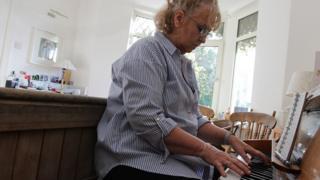 Caryl yn chwarae'r piano