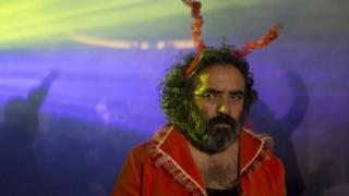 خوک ساخته مانی حقیقی، تنها نماینده ایران در بخش مسابقه برلین، به مانند فیلم قبلی این فیلمساز، اژدها وارد می شود، به تمامی بر اساس غرابت در فضا و ساختار بنا شده و از دقیقه اول تا پایان می خواهد تماشاگرش را حیرت زده کند.