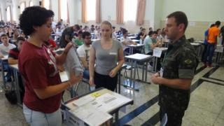 Jovens fazem prova, em Campinas (SP)