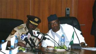 Ministan lamuran cikin gidan na Nigeria tare ba babban jami'an shige da fice