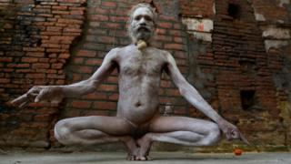 Aghori fazendo uma pose de ioga