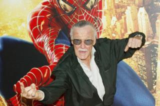 Stan Lee faz gesto que remete ao Homem-Aranha disparando teias