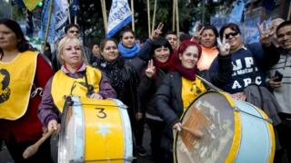 Workers protest against skyrocketing consumer prices and job cuts in Buenos Aires (29 April 2016)